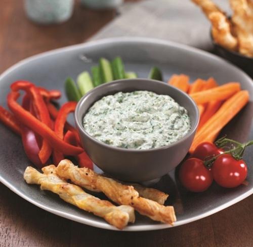 野菜スティック、クラッカー、トルティーヤチップスと!みんなで楽しめるディップのレシピ