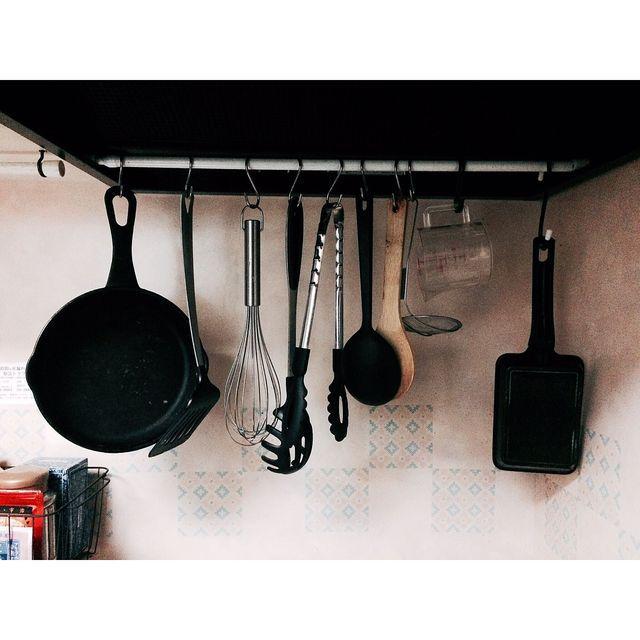 キッチンの収納力アップに活躍! つっぱり棒を使った収納アイデア