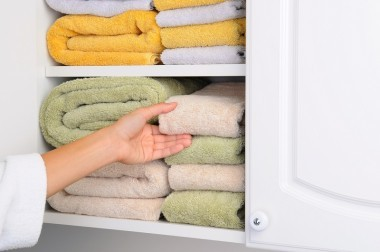 愛用のタオルをすっきりたたむ方法&100均グッズを活用し収納させる方法!