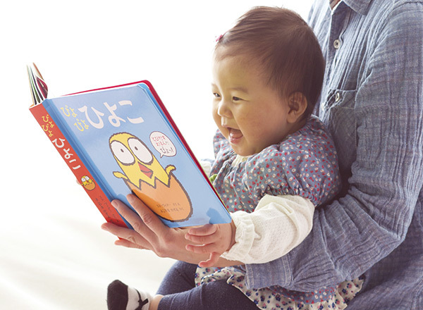 赤ちゃんの初めての絵本『ファーストブック』を手作りしてみませんか?布やフェルトを使って触れて遊べる絵本作りのご紹介です。