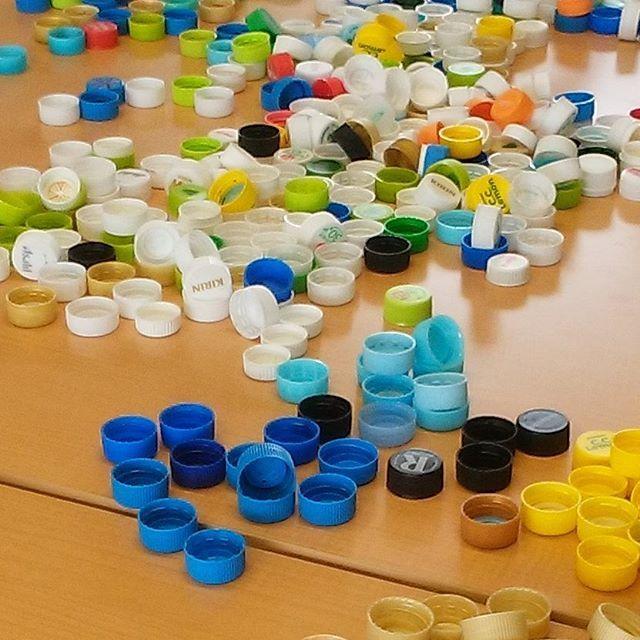 子どもと作ろう!ペットボトルのフタを使った簡単リサイクル工作