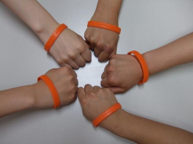 手首にオレンジのリングを見かけたら?オレンジリングは認知症サポーターの印