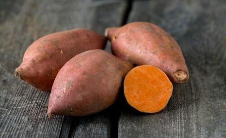 サツマイモの『あやこまち』はオレンジ色がとても鮮やかできれい!ビタミンの補給ができてお肌にも良さそうです